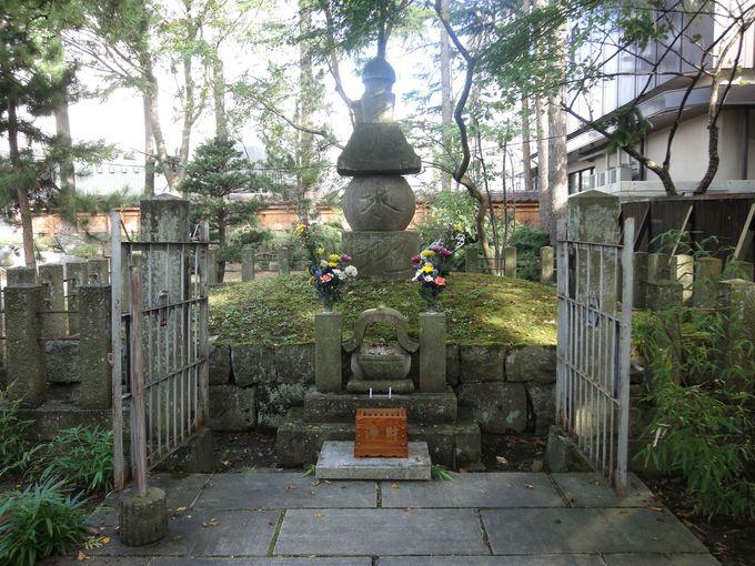 徒歩圏内の周辺観光スポット1:会津若松領主「蒲生氏郷」公の墓所(興徳寺)
