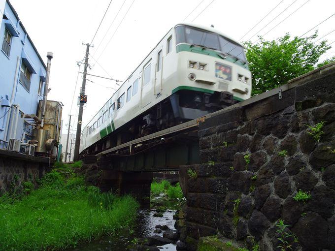 線路下をくぐった先から、より間近で撮る!