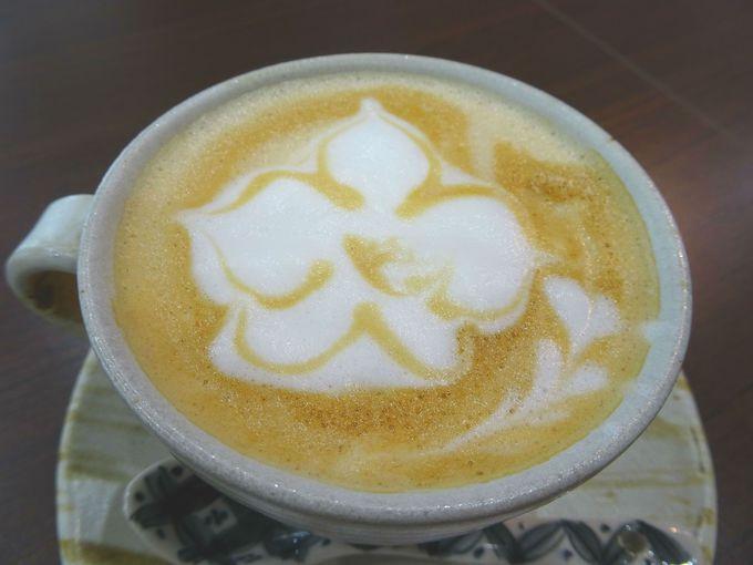 おすすめはカフェオレ! 胡蝶蘭がアートされている