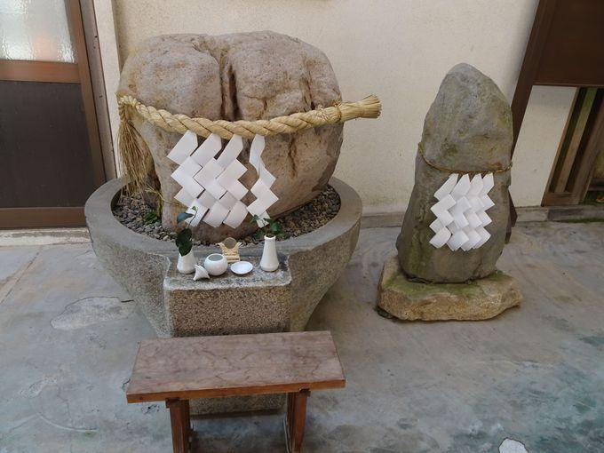 奥殿参詣後に見られる「夫婦石」も必見