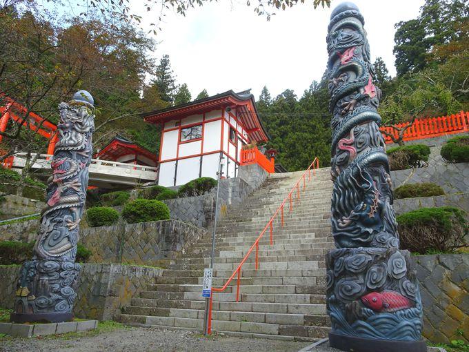 ご本殿には、名工・左甚五郎の「昇り龍・降り龍」を再現したものが!