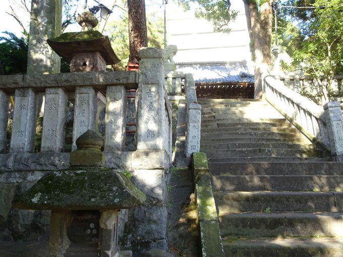 湯前神社が篤く崇敬されてきた1つの証! 石鳥居・石灯籠