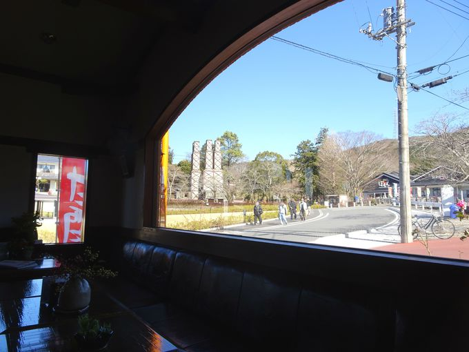 「茶房炉」でホッと一息! 窓越しに眺める韮山反射炉もGOOD