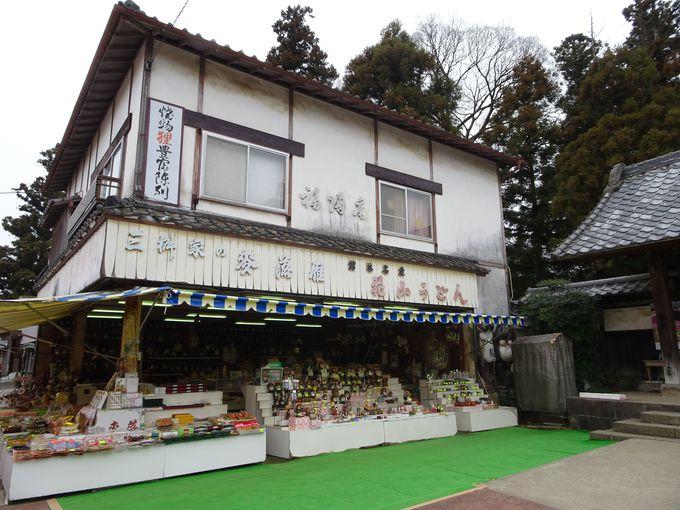たぬきポイント3:参道前からもタヌキを発見! 境内にある神社にも…!?