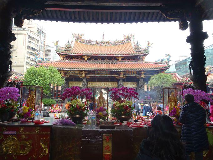 台北随一のパワースポット「龍山寺」の地下には、台湾最大の占い街がある!
