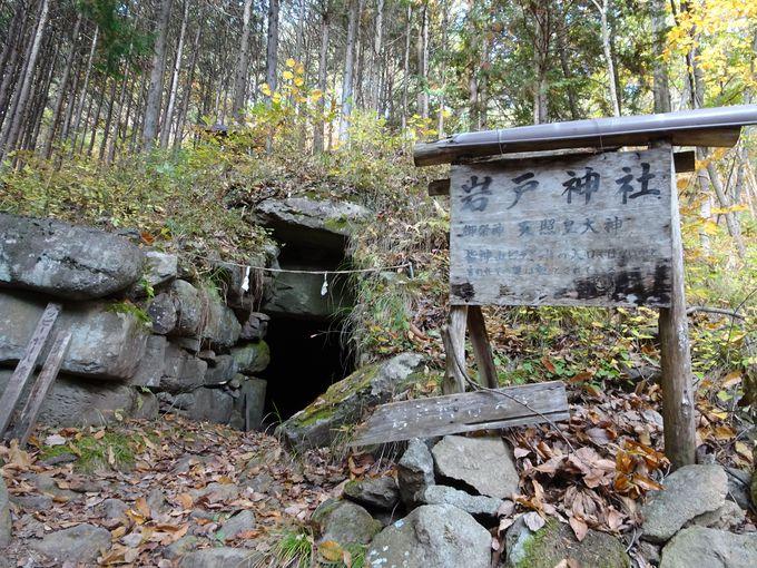 山の途中にある「岩戸神社」はピラミッドの入口?