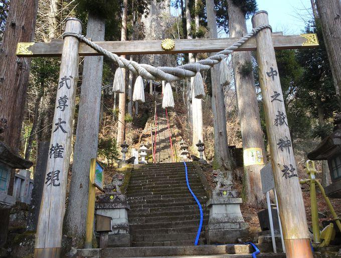 轟岩がご神体!石段上にある中之嶽神社は超パワースポット