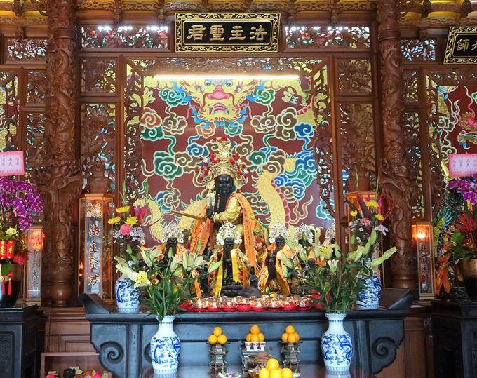 法主聖君がお祀りされている2階「聖君殿」へGO!