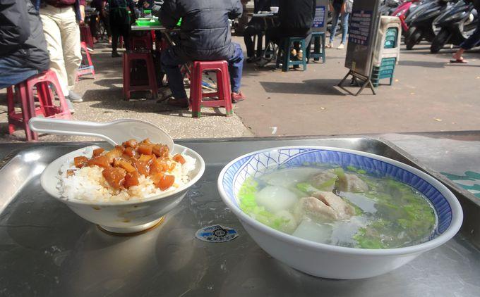 参拝を済ませたら、廟の敷地内にある屋台でご飯を食べよう!