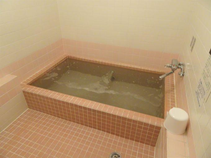 チェックインからチェックアウトまで何度も入浴可能の露天風呂、内湯