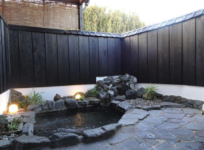 24時間入浴可能な露天風呂。内湯2つは超軟水のお風呂