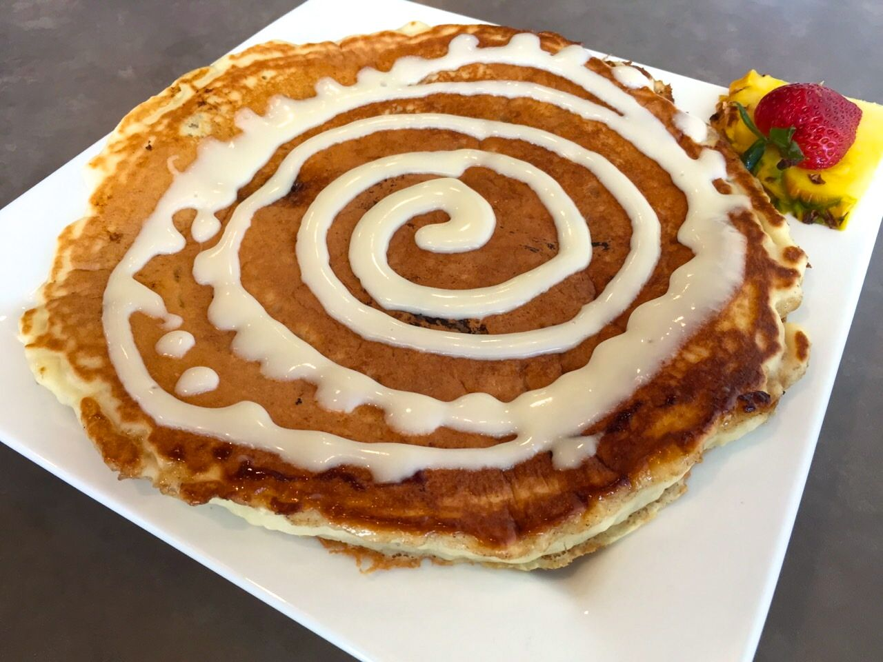 モエナカフェのシナモンロールパンケーキ