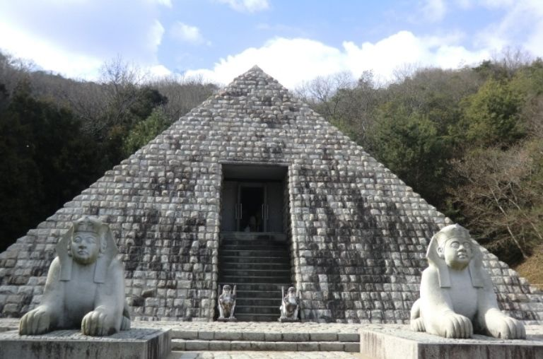 ピラミッド前のスフィンクスが福々しいお顔!?!笑いのツボはここだ