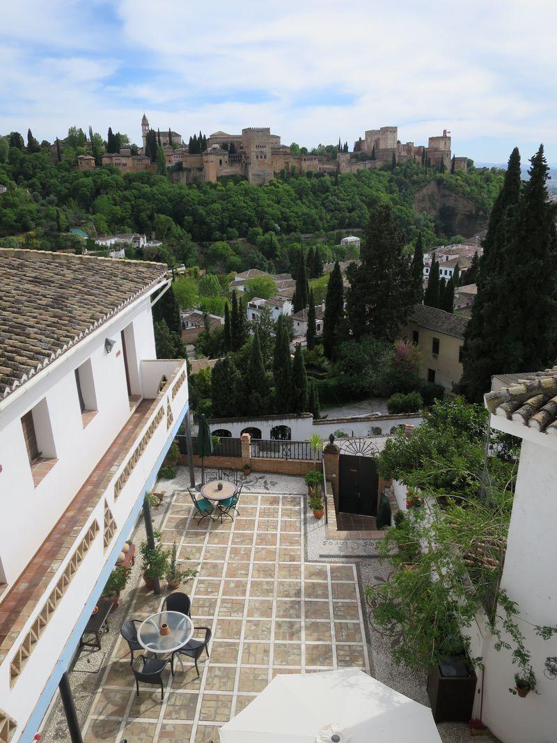 グラナダ・アルハンブラ宮殿を臨む絶景ホテル「アパルタメントス モンテスクラロス」