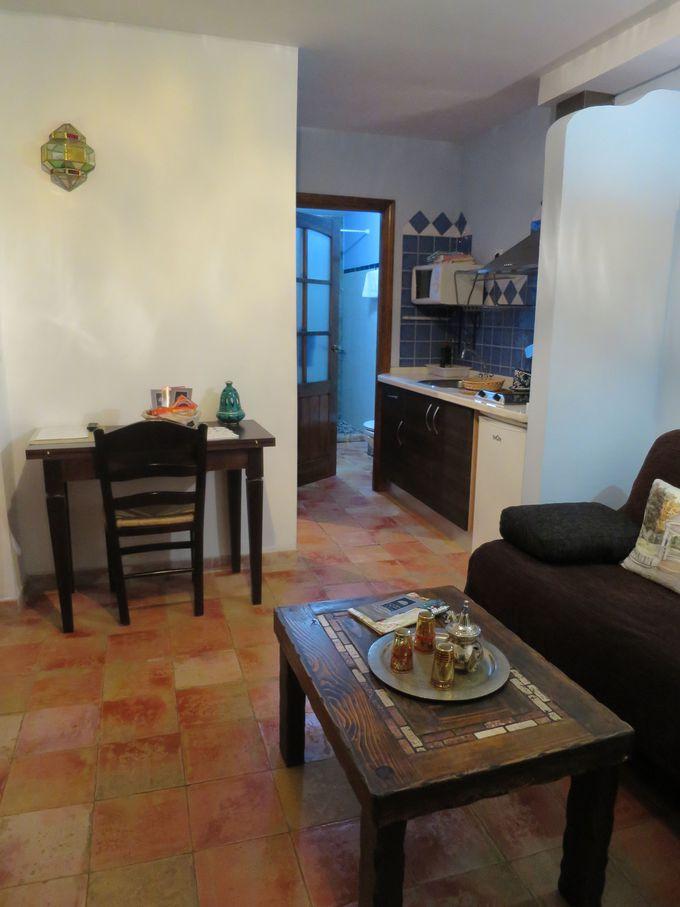 部屋の設備(キッチン・バスルーム・wifi等)とフロントデスク