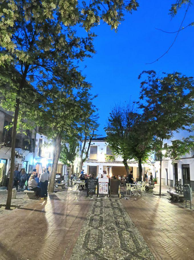 地元感溢れるアルバイシン地区のラルガ広場(Plaza Larga)周辺へ