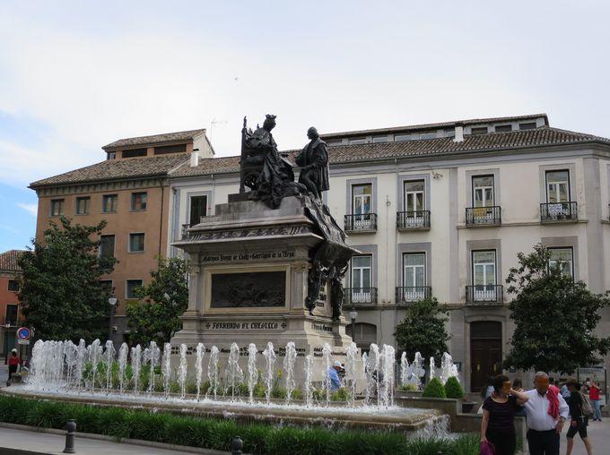 イザベル女王の偉大な功績を称えた「イサベル・ ラ・カトリカ広場」
