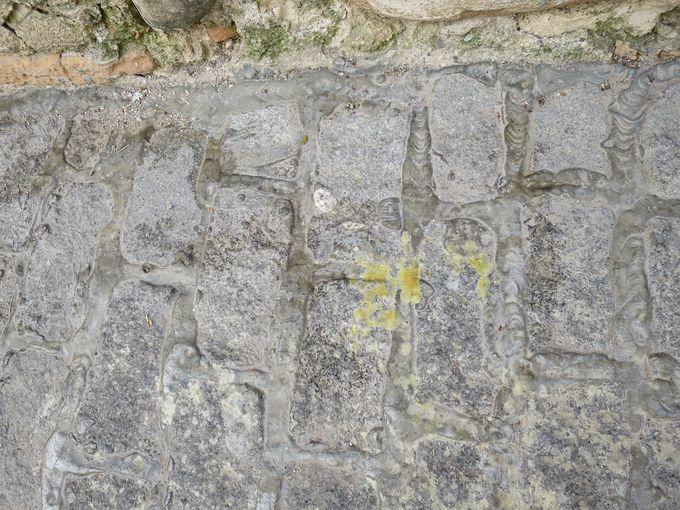 グラナダの石畳にあちこち残る黄色いシミは何?