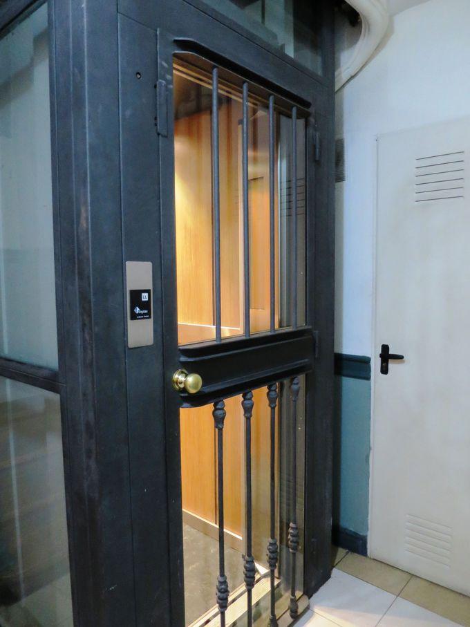 フロントデスクは、エレベーターで1階(日本で言うと2階)へ!