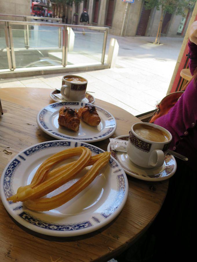 マヨール広場のカフェで朝食「チュロスはいかが?」
