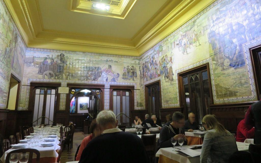生き生きした農民の素晴らしいアズレージョに囲まれた食堂