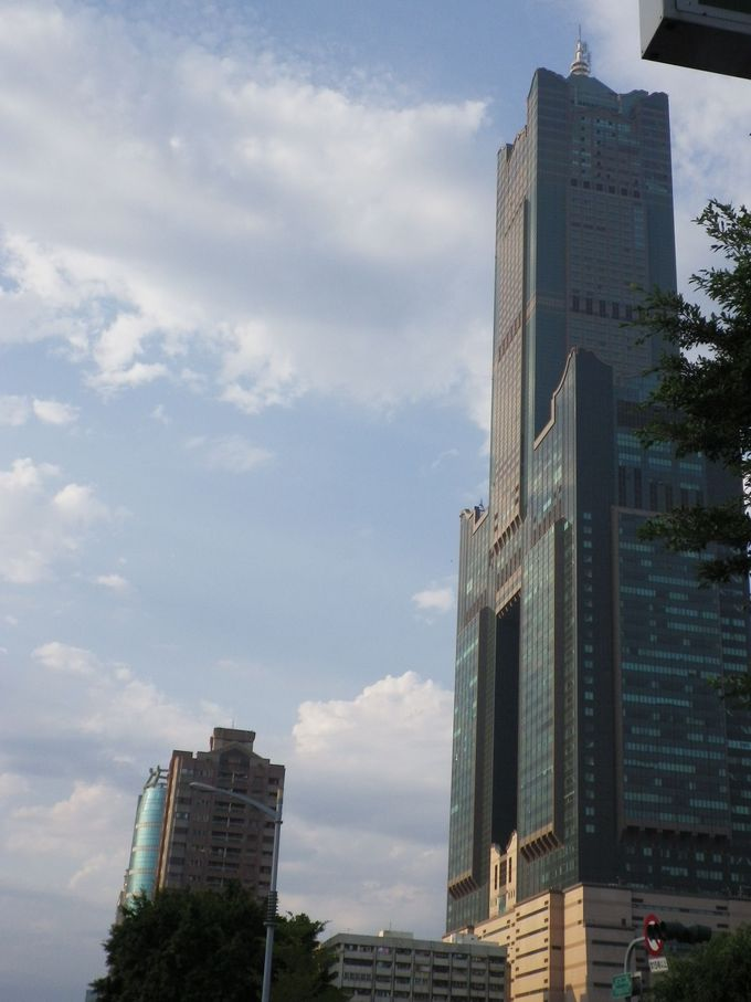 高雄の「高」の漢字をデザインしたビル
