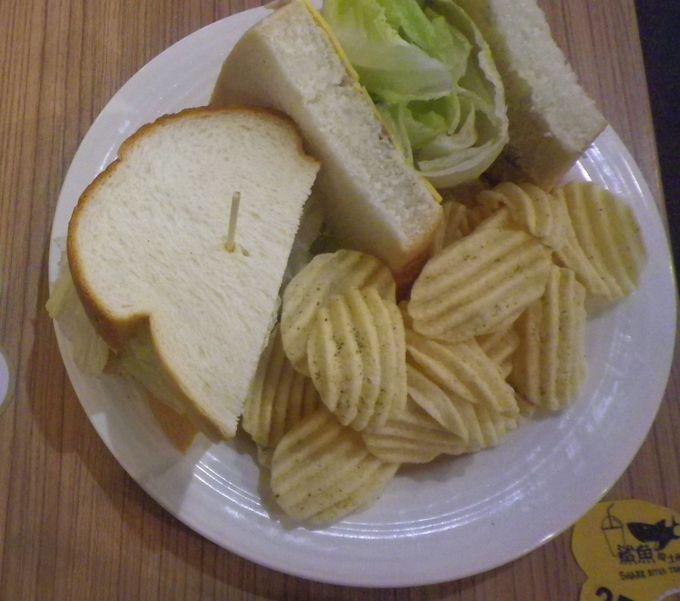 サメのような大きな口で食べるトースト!