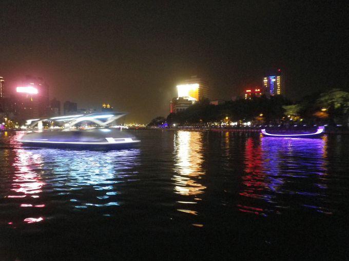 船から美しい夜景を