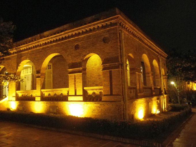 歴史ある建物の夜