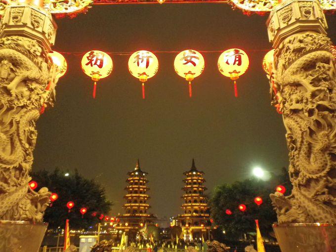慈済宮の中から眺める龍虎塔