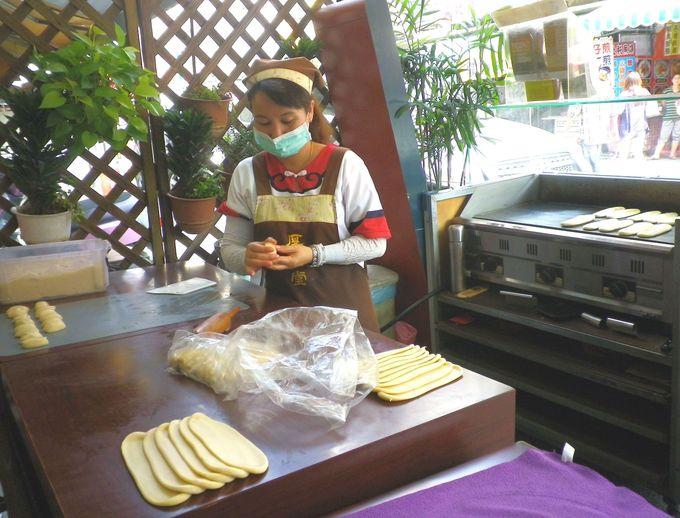 牛舌餅もお店で手作り&焼きたて!