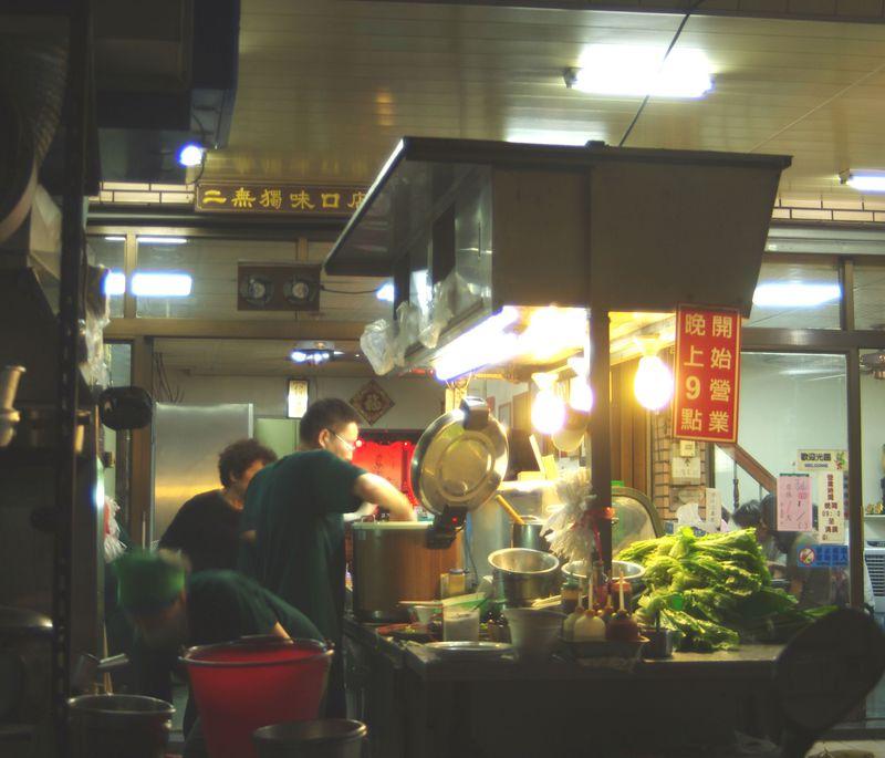 21時から始まる高雄の深夜食堂「老二腿庫飯」は長蛇の列!