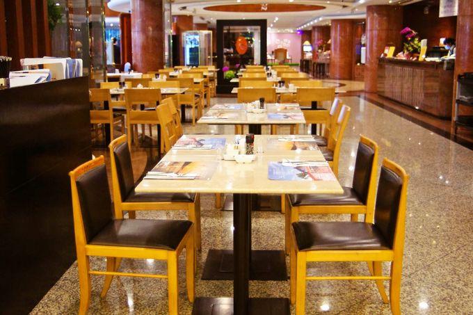 朝食ビュッフェは1階のカフェで