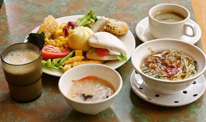 ヴィラ専用ラウンジと選べる朝食