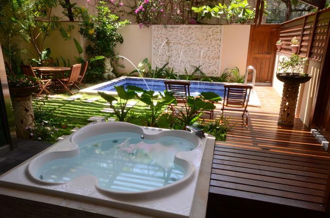 ヴィラの庭とホテルの施設について