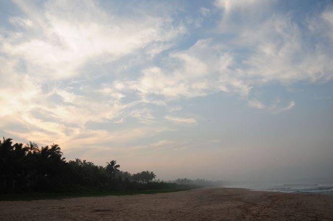 波の音・美しい砂浜・水をはらんだちょっと強い風・早朝のビーチ散策はスリランカの旅の思い出。