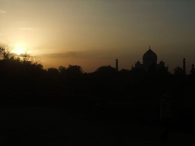 遠めからシルエットを見て欲しい、夕焼けのタージマハル!