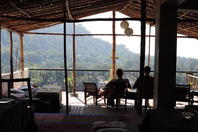 絶景のガンジス川を望むおしゃれなカフェでまったりする。