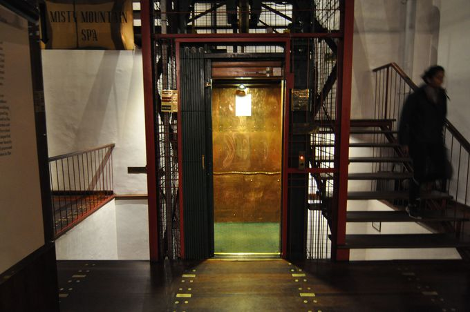 無骨なインテリアがおしゃれ!紅茶工場時代の古い機械や味のあるエレベーター。