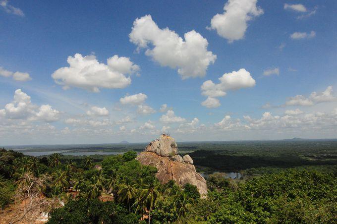 マハー・サーヤ大塔からみたインビテーションロックとスリランカの大自然
