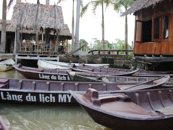 手漕ぎボートで池を周遊。落下に要注意!