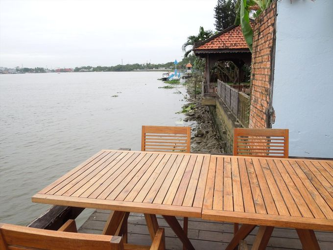 サイゴン川の畔で午後のコーヒーブレイクを
