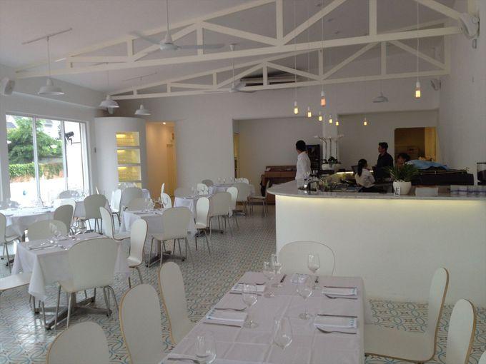 白亜のレストランでイタリアンとスペイン料理を