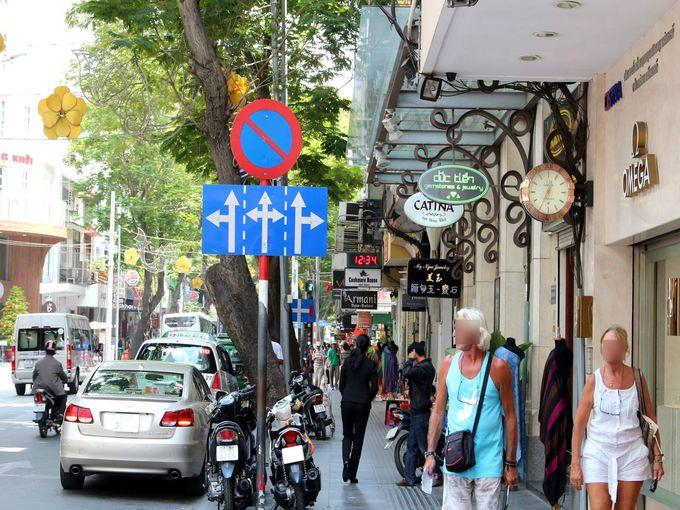 ホーチミン観光の目抜き通り「ドンコイ通り」の中心に建つ