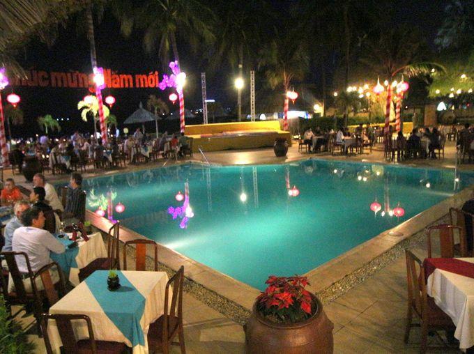 プールサイドで乾杯!格別な夜を過ごす