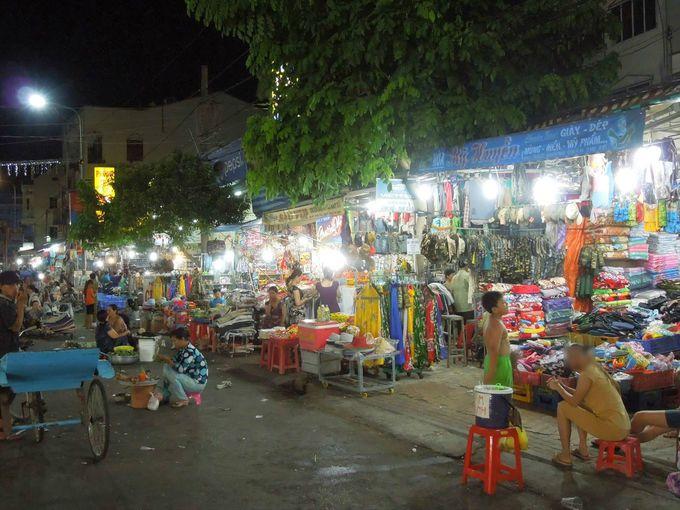 サム山のナイトマーケットは広範囲にわたる
