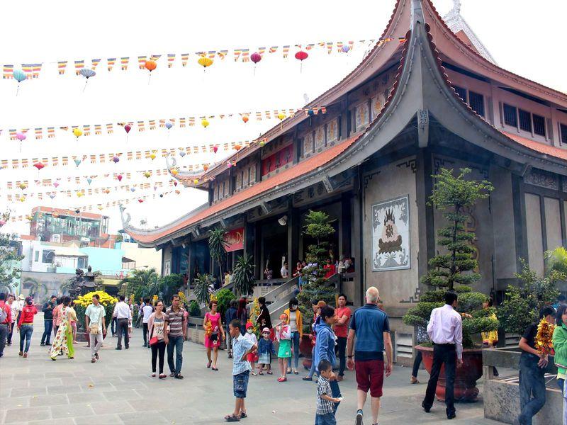黄金の大仏も。ホーチミンで最も有名な仏教寺院「永厳寺」