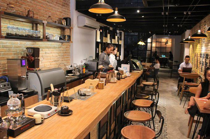 日本の自家焙煎珈琲店をイメージした内装