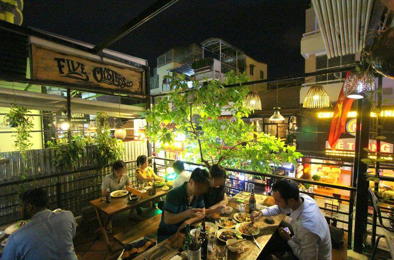 生牡蠣1個50円!9割以上が外国人客のホーチミン人気レストラン「ファイブオイスター」
