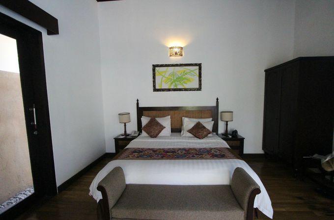 天井の高い快適な客室と広い浴室
